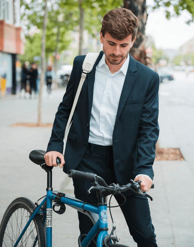 Jeune cadre qui utilise un vélo dans le cadre d'un dispositif RSE avec son entreprise