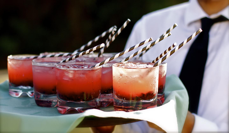Des cocktails à la fraise sur un plateau lors d'une inauguration dans le Grand Ouest