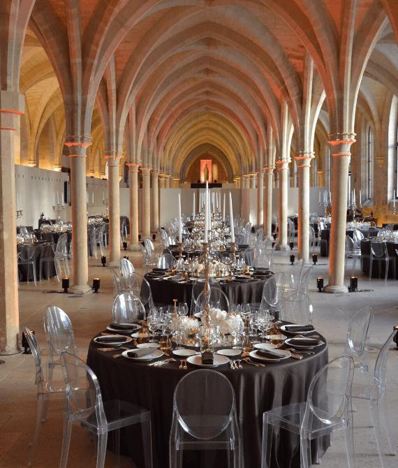 Évènements professionnels dans le Grand Ouest lors d'un dîner d'affaires professionnel organisé dans une église en Bretagne avec l'agence Kap West Event