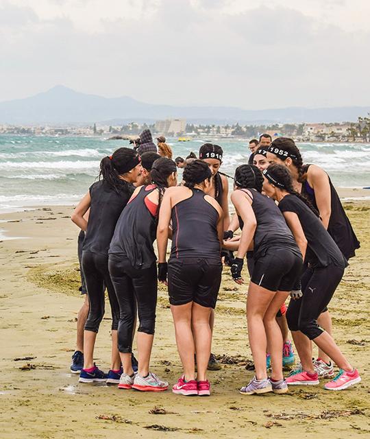 Groupe de femmes sur une plage pour organiser un défi fun dans le Grand Ouest