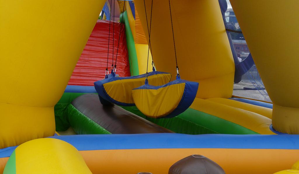 Parcours du combattant gonflable jaune pour organiser un défi fun dans le Grand Ouest