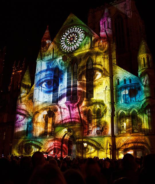 La cathédrale de Quimper pendant un spectacle pour montrer comment louer une vidéo mapping pour son entreprise