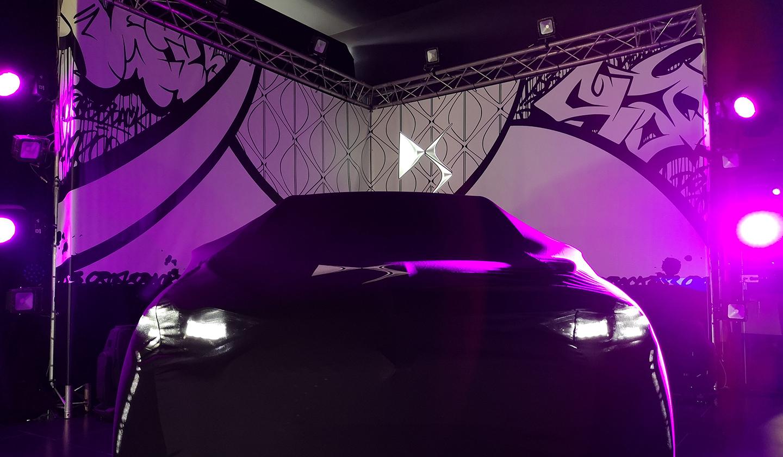 Voiture DS Citroën sous une lumière mauve afin de louer une vidéo mapping pour son entreprise