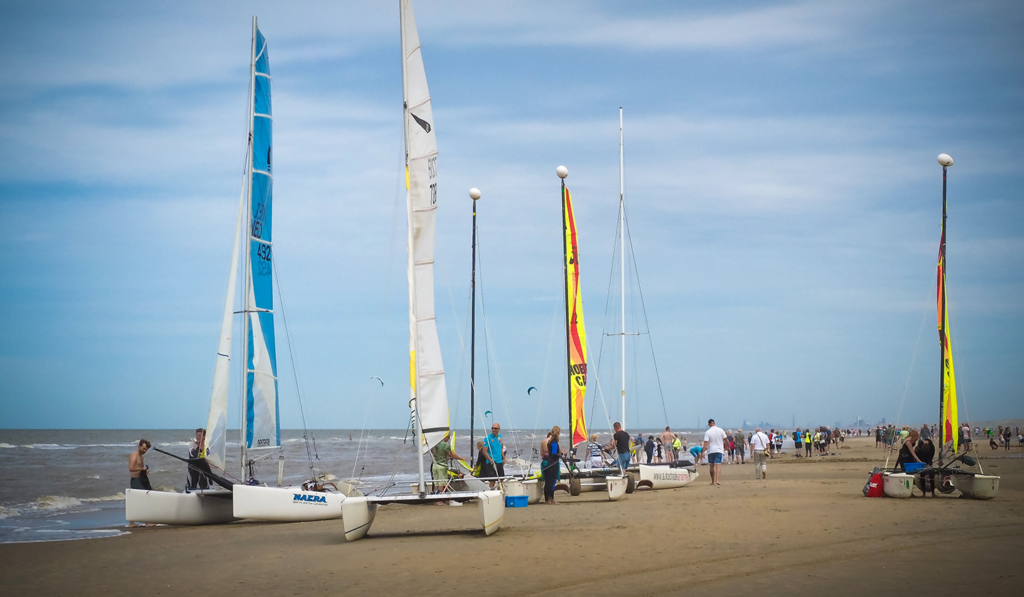 Catamarans pour une régate professionnelle posés sur une plage bretonne pour organiser une animation aquatique d'entreprise