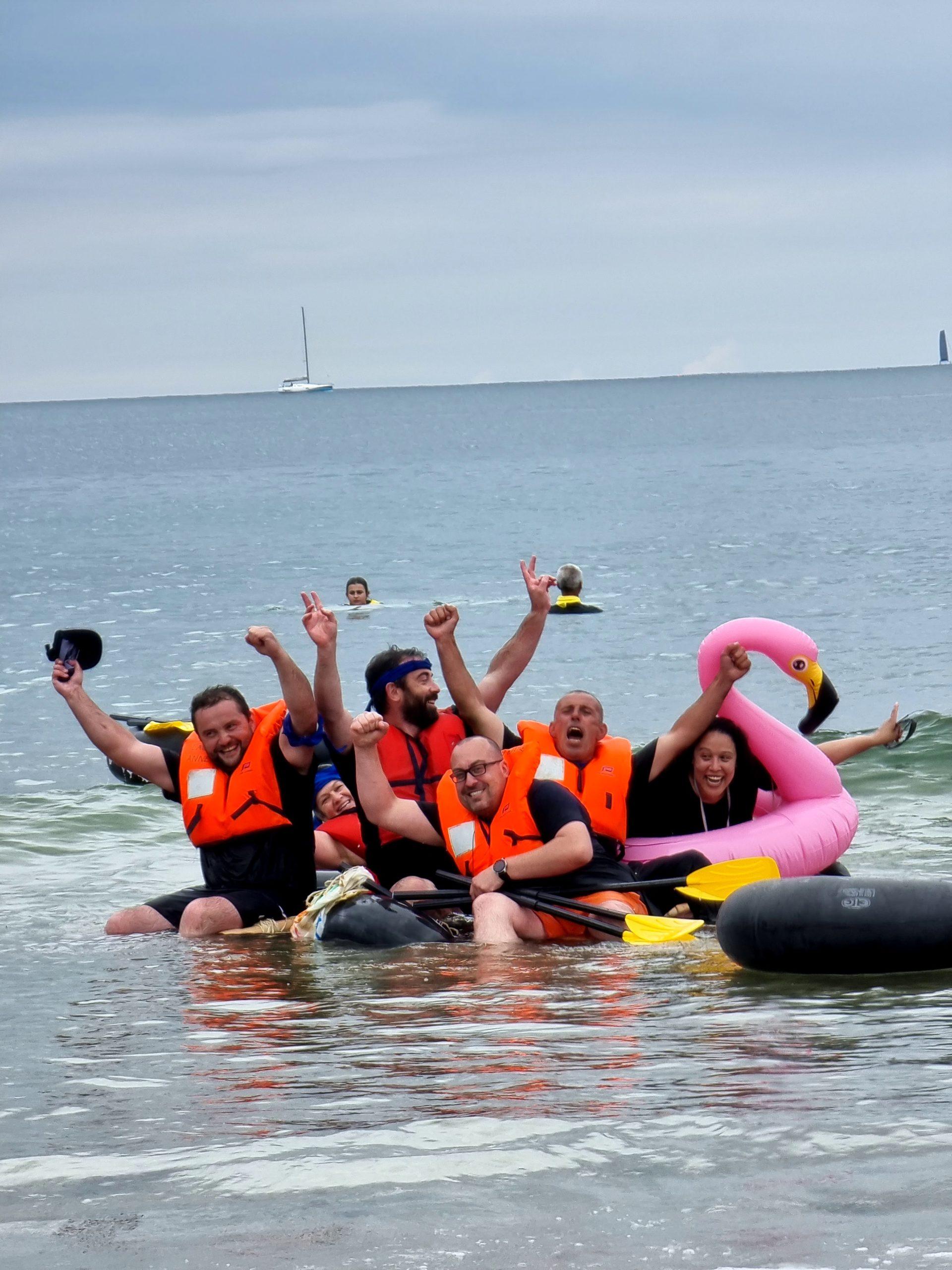 Une équipe heureuse de remporté la course de radeau de l'animation Robinson de l'agence événementielle Kap West Events.