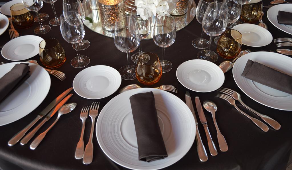 Une décoration de table chic pendant un anniversaire d'entreprise organisé par l'agence Kap West Event
