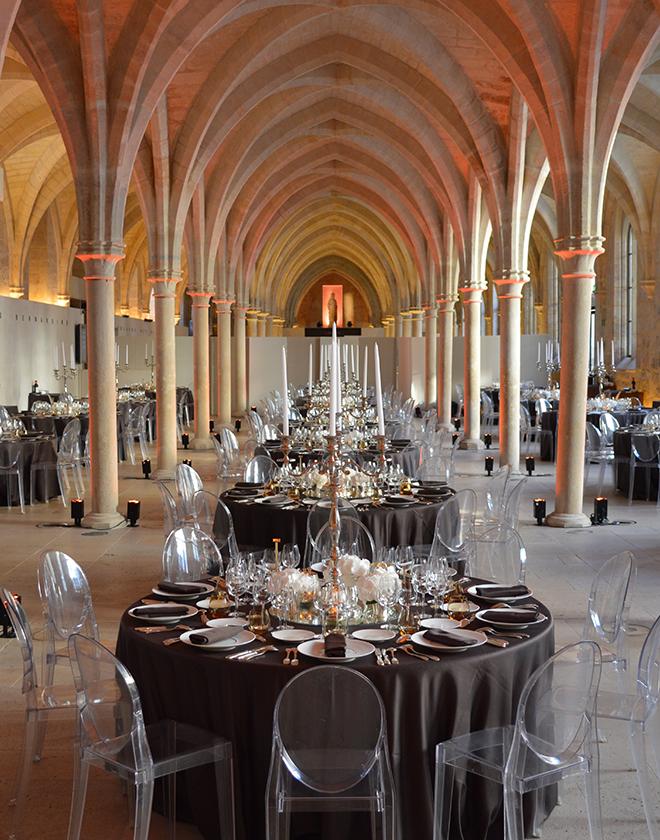 Une salle de réception dans une église lors d'un anniversaire d'entreprise organisé par l'agence Kap West Event