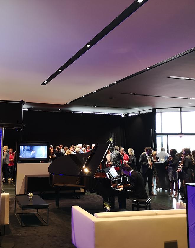 Un pianiste ambiance une salle lors d'une inauguration d'entreprise