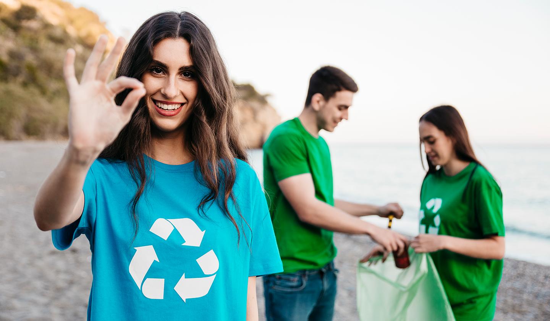 Des jeunes collègues d'une entreprise bretonne qui ramassent des déchets sur une plage bretonne