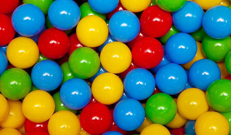 Des belles en plastique multicolores pour louer une animation de piscine à balles
