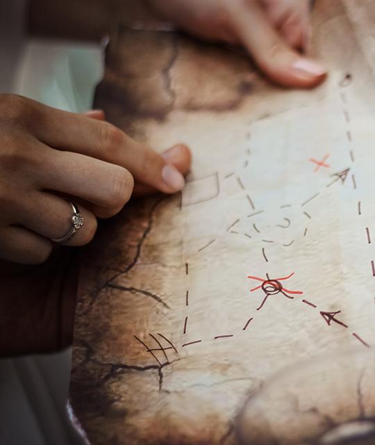 Jeune femme qui lit une carte pour organiser une chasse aux trésors d'entreprise